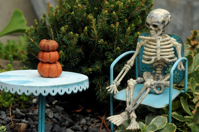 Skeleton with pumpkin stack