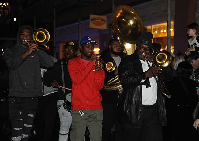 Parade Krewe du Veiux brass bank