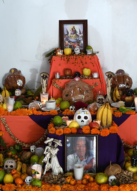 Ofrenda with oranges and bananas