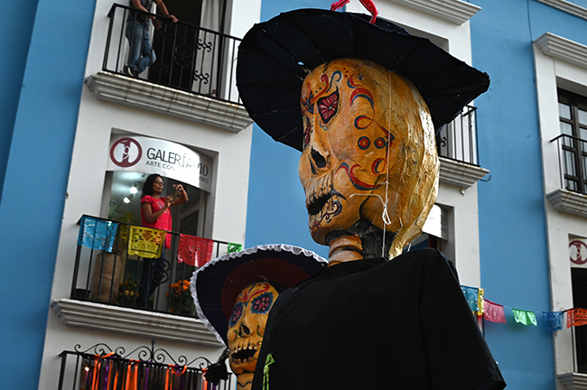 Los Monos in a parade
